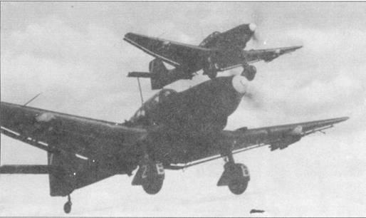 Бомбардировщики Ju- 87D-3 на маршруте к объекту удара, Курская дуга, лето 1943г. Под Курском «Штуки» в последней раз за войну массово использовались в качестве пикирующих бомбардировщиков. Операция «Цитадель» стала последним стратегическим наступлением Третьего Рейха во второй мировой войне. С лета 1943г. Ju-87 перестал быть «оружием террора», поэтому вновь строившиеся самолеты уже не комплектовались сиренами.