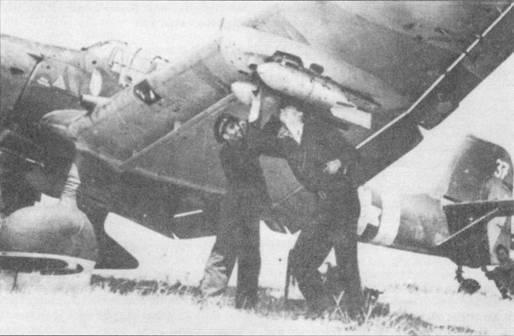 Румынские техники подвешивают бомбы под плоскость крыла Ju-87D-3, Corpul 1 Aerian, Восточный фронт, 1944г. С сентября 1944г. румынские «Штуки» активно применялись против недавних союзников короля Михая — немцев. Самолеты Ju-87D также состояли на вооружении ВВС Венгрии, Болгарии, Словакии и Италии.