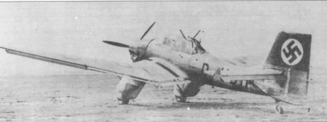 На заключительных этапах испытаний четвертый прототип Ju-87V-4 был оснащен всем положенным по штату вооружением. Амбразура для стрельбы из кормового пулемета MG-15 представляла собой простую щель. Нижняя часть руля направления удлинена, такие же рули ставились на серийные бомбардировщики.