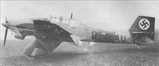 Двенадцатый серийный самолет Ju-87A-1 (регистрационный код «D-IEAU») имел характерный для всех «Антонов» грузный, но одновременно щегольский, профиль. Самолет окрашен по стандартной для того периода четырехцветной камуфляжной схеме. Верх и боковые поверхности — темно коричневые, зеленые и серо-зеленые; низ — светло голубой. После передачи самолета в войска, гражданский регистрационный код заменили опознавательными знаками и кодом подразделения люфтваффе. Обратите внимание на белый прямугольник в центральной части фюзеляжа (над дефисом регистрационного кода), это — панель доступа к аптечке первой медицинской помощи.