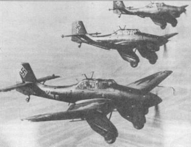 Звено пикирующих бомбардировщиков Ju-87A-1 из St.G-165, снимок 1938г. Перед второй мировой войной изменилась окраска вертикального оперения самолетов: свастика наносилась прямо на камуфляжную окраску, ранее — свастика вписывалась в круг белого цвета, наложенный на красную полосу. Бортовой код самолета на переднем плане — «52+С24».