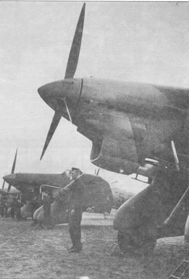 1 Носовая часть Ju 87 А-1 одной из немецких эскадрилий. Снимок досконально показывает ряд деталей, включая нетиповое отверстие в коке.