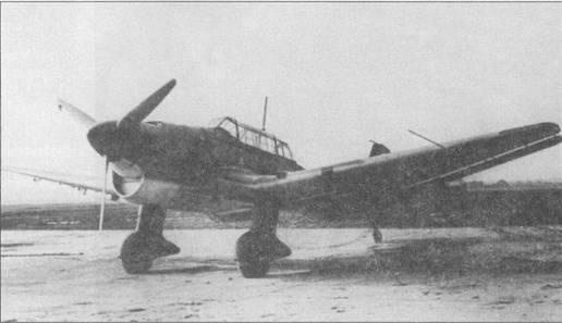 По форме фонаря кабины, обтекателя радиатора и основных опор шасси можно предположить, что на снимке один из предсерийных самолетов Ju-87B-0. Обратите внимание на новый приемник воздушного давления, смонтированный в передней кромке левой плоскости крыла. Самолет оснащен подкрыльевыми бомбодержателями. Машина окрашена по предвоенной четырехцветной камуфляжной схеме, все серийные самолеты Ju-87B-0 красились уже по новой трехцветной схеме с черно-зеленым/темно-зеленым верхом.