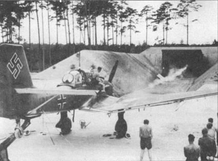 На снимке — пристрелка крыльевых пулеметов нового бомбардировщика Ju-87B-1. Обратите внимание на шаровую установку под кормовой оборонительный пулемет, сектор обстрела которого удалось значительно увеличить по сравнению со щелевой амбразурой кормового пулемета «Антона».