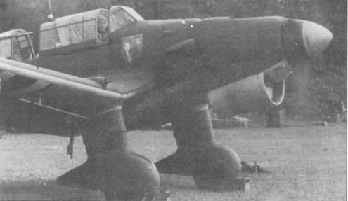 IV группа Lehrgeschwader-1 обеспечивала подготовку экипажей пикирующих бомбардировщиков. На борту фюзеляжа перед кабиной летчика нарисована эмблема группы — щит голубого цвета. На фоне щита изображен пикирующий дьявол верхом на вилах и бомбе, в верхнем правом углу щита — буква «L» белого цвета. На передней части обтекателей колес основных опор шасси этого бомбардировщика Ju-87 В-1 написаны белой краской литеры «F».