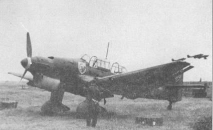 Пикирующий бомбардировщик Ju- 87В-1 «6G+A Т» из III/Stukageschwader-51 (позже переформирована в II/St.G-1) готов к боевому вылету, Франция, 1940г. В ходе блицкрига на Западе на обтекателях стоек основных опор шасси «Штук» часто монтировались сирены, своим воем буквально терроизировавшие местное население и солдат противника. Сирена приводилось в действие вертушкой от набегающего потока воздуха, монтировались эти устройства «психологической войны» только на обтекателях левых стоек.