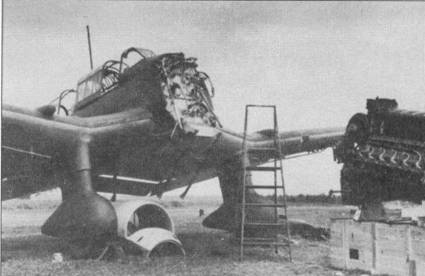 Замена двигателя на бомбардировщике Ju-87B-1, хорошо видны противопожарная перегородка, отделяющая кабину летчика от мотора и рама для подвески бомбы. Противопожарная перегородка не окрашена и имеет цвет натурального металла — обычная практика для самолетов люфтваффе, хотя в отдельных случаях перегородку красили в серый цвет. Замена двигателя на «Штуках» не требовала больших трудозатрат, благодаря чему Ju-87 пользовался популярностью среди инженерно-технического состава люфтваффе.