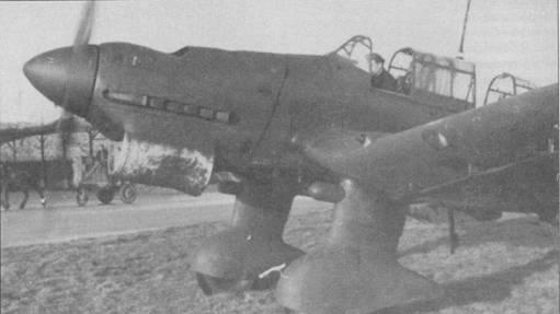 Иногда «Штуки» применялись для ночных рейдов, особенно часто в роли ночных бомбардировщиков Ju-87 использовались в конце войны. «Ночные» «Штуки» получили пламегасители на патрубки, а нижние поверхности временно окрашивались в черный цвет краской на водяной основе. Обратите внимание — черная краска почти облезла с обтекателя радиатора. Сирены не установлены на обоих обтекателях стоек основных опор шасси.