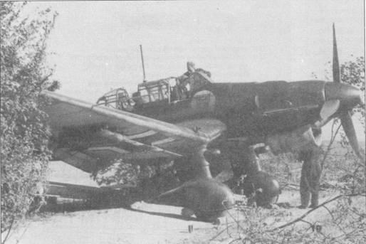 Подготовка к боевому вылету замаскированного ветками деревьев пикирующего бомбардировщика Ju-87B-1 из 3./ St.G-2. Самолет имеет бортовой код «T6+HL». Двигатели Jumo-211А сильно дымили, поэтому на бортах фюзеляжей почти всегда имелись длинные шлейфы копоти, иногда — по всей длине борта, вплоть до вертикального оперения.