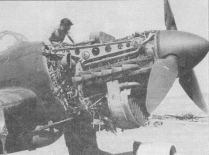 Моторама под 1200-сильный двигатель Jumo-211Da крепилась к противопожарной перегородке в четырех местах. Сверху двигателя виден маслобак. Обратите внимание на торчащие внизу стержни — это тяги к секциям жалюзи. Конструкция силовой установки самолетов модификаций «В-1» и «В-2» была одинаковой.