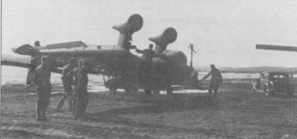 Техники погрузили поврежденный при вынужденной посадке в Норвегии Ju-87B- 2 на деревянные сани и готовятся буксировать его к аэродрому. Удивительно, но при капотировании почти не пострадали деревянные лопасти воздушного винта: с трудом можно различить только повреждения самого кончика лопасти. Обычно при капотировании лопасти ломались.