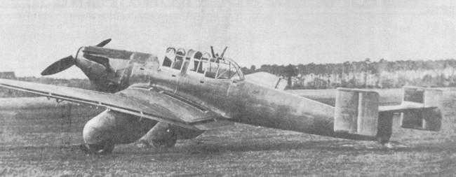 Первый прототип Ju 87 был оснащен мотором Роллс-Ройс «Кестрел» и характеризовался двойным вертикальным оперением, доставшимся Ju-87V-1 «в наследство» от самолета Юнкерс К-47. Стоит обратить внимание на типичное для этого самолета хвостовое колесо, расположенное на самом конце фюзеляжа. Самолет никогда не имел регистрационного кода — пока его присваивали, машина разбилась при летном происшествии.