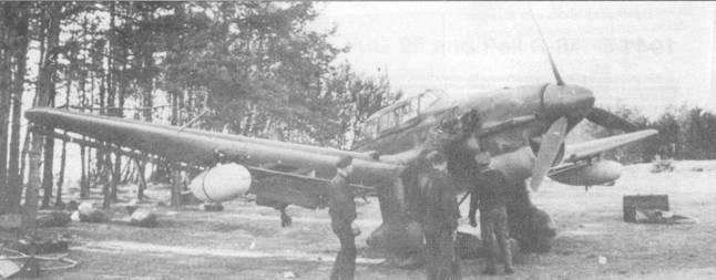 Без дополнительных топливных баков Ju-87R внешне не отличался от Ju-87B, но возможность установки внешних баков значительно увеличивала радиус действия бомбардировщиков Ju-87R. Без баков, после незначительной переделки, самолеты модификации «R» могли нести бомбы на подкрыльевых держателях ЕТС-50. На снимке — Ju-87R «А5+НК» из St.G-1