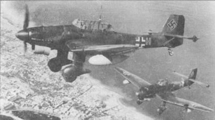 Пара бомбардировщиков Ju-87R-2 из 2./S1.G-3 сфотографированы в патрульном полете над Средиземным морем, начало 1941г. На Средиземноморье основным целями для летчиков Ju-87R стали британские морские конвои.