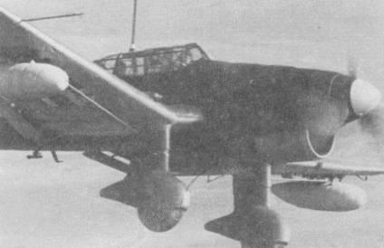 Первой бомбардировщики Ju-87R-l получила базировавшаяся в Норвегии I/St.G- 1. Подвесные баки с одной стороны позволили увеличить дальность и продолжительность полета, с другой — их подвеска отрицательно сказывалась на управляемости самолета и снижала массу бомбовой нагрузке на подфюзеляжной раме.