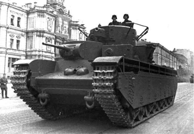 Тяжелый танк Т-35 проходит по Крещатику во время военного парада. Киев,
