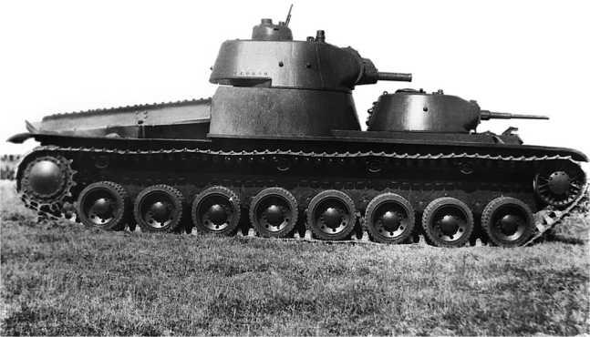 «Конкурент» СМК — тяжелый двухбашенный танк Т-100, спроектированный конструкторами завода №185 имени Кирова. 1939 год. Обратите внимание на башенку с пулеметом ДТ, приспособленным для стрельбы по воздушным целям, смонтированную на крыше большой башни танка. В отличие от СМК, имевшего 76-мм орудие Л-11, Т-100 вооружен менее мощной 76-мм пушкой Л-10 (АСКМ).