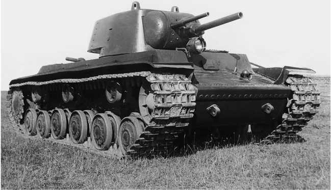 Опытный образец танка КВ (машина № У-О) перед отправкой в Москву, общий вид. Сентябрь 1939 года. Хорошо видна установка двух орудий (45 и 76-мм) в башне — «наследство», доставшееся от СМК. Сначала требовалось, чтобы однобашенный тяжелый танк сохранил такое же артиллерийское вооружение, как и двухбашенный (АСКМ).