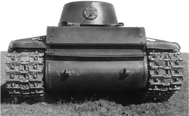 Опытный образец танка КВ (машина № У-0), вид сзади. Сентябрь 1939 года. Обратите внимание на форму выхлопных патрубков на крыше корпуса — впоследствии их конструкцию изменили. Хорошо видно высокое качество изготовления корпуса танка: кромки бронелистов обработаны строжкой, сварные швы зачищены (АСКМ).
