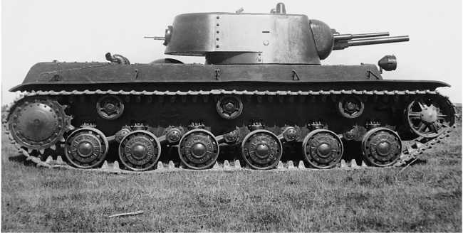 Опытный образец танка КВ (машина № У-0), вид справа. Сентябрь 1939 года. Хорошо видны гужоны, с помощью которых задняя гнутая часть башни соединялась с бортами. Обратите внимание, что первоначально борт корпуса в кормовой части был ниже, но впоследствии его увеличили, приварив дополнительный кусок бронелиста (АСКМ).