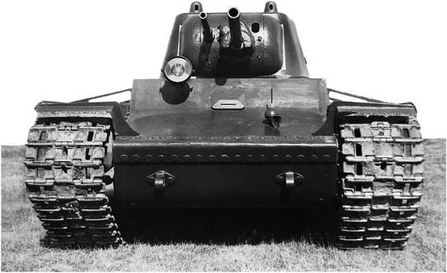 Опытный образец танка КВ (машина № У-0), вид спереди. Сентябрь 1939 года. Установка курсового пулемета в лобовом листе корпуса, в отличие от СМК, отсутствует. На верхнем переднем листе видно крепление звукового сигнала и основания для крепления антенны радиостанции (АСКМ).