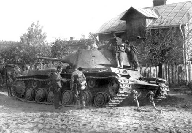 Опытный образец танка КВ № У-0 в 1940 году, после ремонта, был отправлен в состав 8-й танковой дивизии 4-го механизированного корпуса Киевского Особого военного округа. Машина находилась здесь до начала войны, и была оставлена экипажем в районе Львова из-за поломки или отсутствия горючего. К этому времени танк получил стандартную серийную фару и ящики ЗИП на надгусеничных полках (АСКМ).