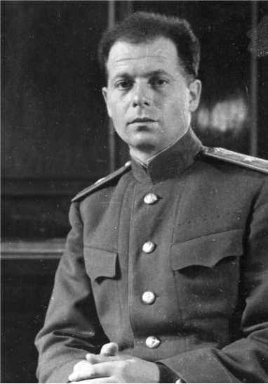 Генерал-майор инженерно-танковой службы Ж.Я. Котин (фото 1943 года). 19 сентября 1941 года «за выдающиеся заслуги в создании и освоении производства тяжелых танков в трудных условиях военного времени» ему было присвоено звание Герой Социалистического Труда (АСКМ).