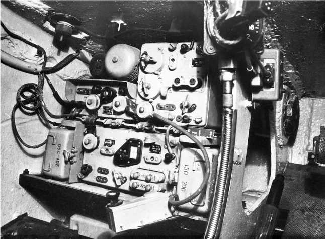 Внутренний вид отделения управления танка КВ-1: слева место стрелка-радиста, в центре место механика-водителя, видны панель с приборами, рычаги и педали управления танком, справа баллоны для запуска двигателя сжатым воздухом. Внизу — радиостанция 10-Р. Фото из американского отчета об испытании КВ-1 (РГАЭ).