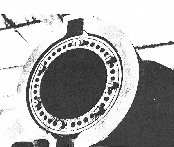 Вид на дульный срез бомбомёта. Хорошо видны отверстия для отвода газов.