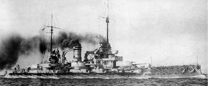 """На фото вверху: линейный корабль """"Нассау"""" в различные годы службы"""