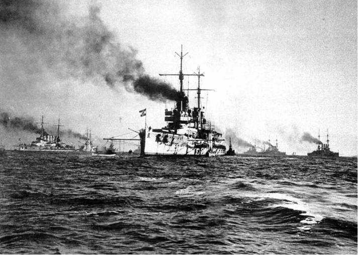 """Линейный корабль """"Рейнланд"""" (вверху) На Кильском рейде"""