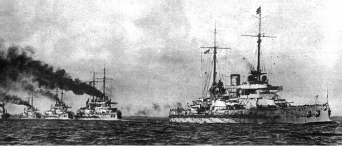 """Линейные корабли типа """"Нассау"""" в походе (два фото вверху)"""