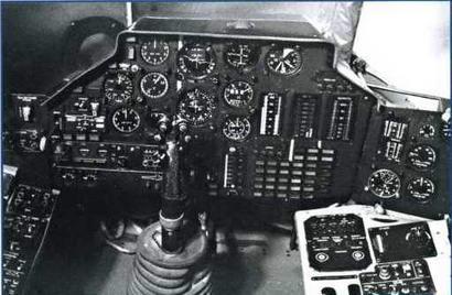 Кабина пилота: а - приборная доска