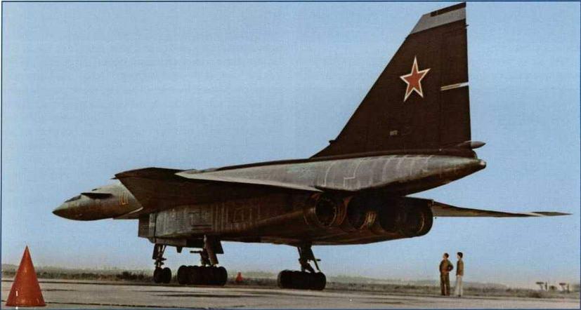 """Самолет Т-4 на стоянке. (ОАО """"ОКБ Сухого"""")"""
