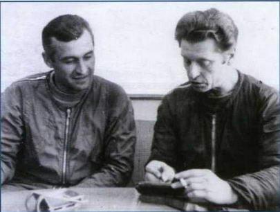 """Экипаж самолета """"101"""" перед первым вылетом. Слева направо: штурман Н.А. Алферов, летчик В. С. Ильюшин. (Из архива Николая Алферова)"""