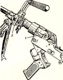 Рис.34. Прицельное приспособление гранатомета GzB-39: 1 — задний визир (целик); 2 — передний визир (рама с сеткой; предохранительный кожух здесь отсутствует).