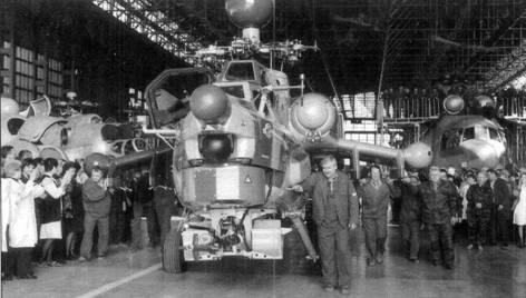 Из цеха завода «Роствертол» торжественно выкатывают первый серийный Ми-28Н