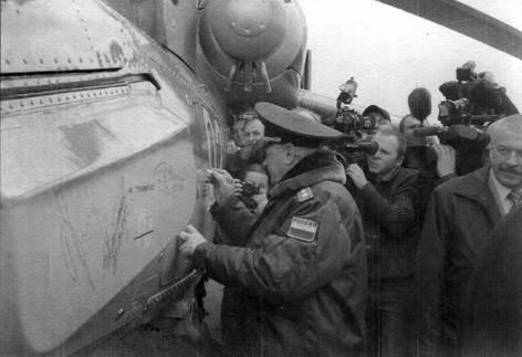 Гпавком ВВС генерал армии В.Михайлов расписывается на борту первого предсерийного Ми-28Н