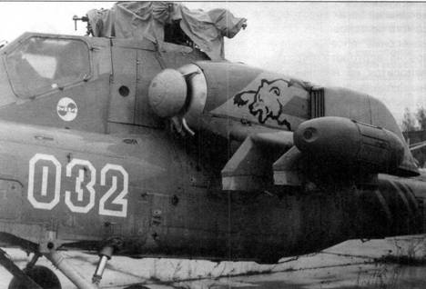 Справа: контурное выполнение бортового номера и медведь на капоте двигателя