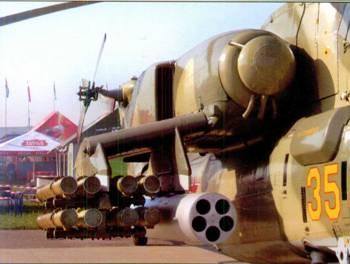 Гондола правого двигателя. Ниже её – крыло, на пилонах которого закреплены блок НАР и транспортно-пусковые контейнеры ПТУР