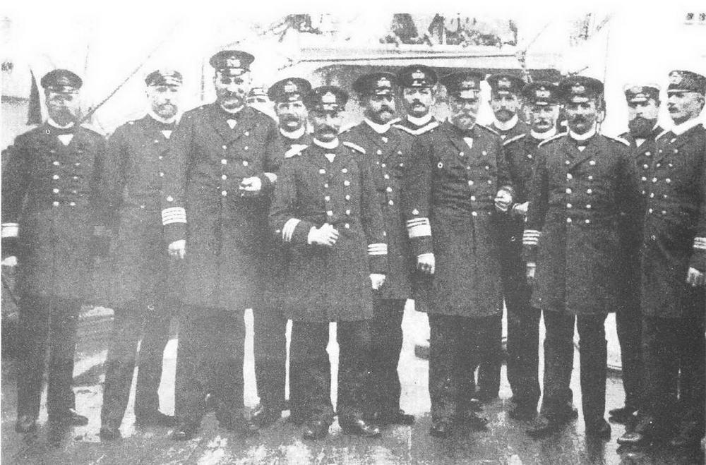 Офицеры германского флота. В центре стоит вице-адмирал Кестер