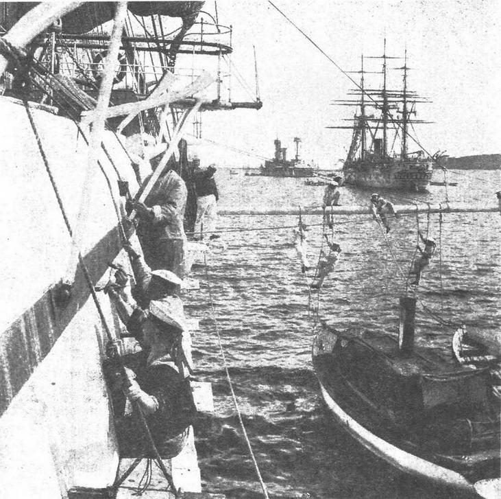 Германская эскадра на якоре: идет покраска борта.