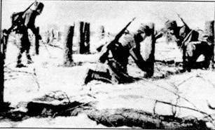 Саперы расчищают противотанковые заграждения, оставленные немецкими войсками, конец 1941 г. Солдаты вооружены СВД-40