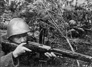 Солдаты с автоматическими винтовками СВТ-40, 1941 г.