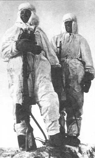 Известные снайперы Сталинградского фронта старшина Н. Ильин (слева) и Я. Лапа с винтовками СВТ-40