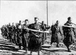 Бойцы Чехословацкой отдельной пехотной бригады на марше. Вооружены СВТ-40, 1943 г.
