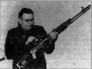 Е.Ф. Драгунов с винтовкой СВД