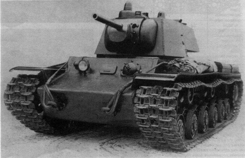Тяжелый танк Т-150. Единственное внешнее отличие этой машины от серийного КВ-1 — наличие командирской башенки с перископом и тремя смотровыми приборами