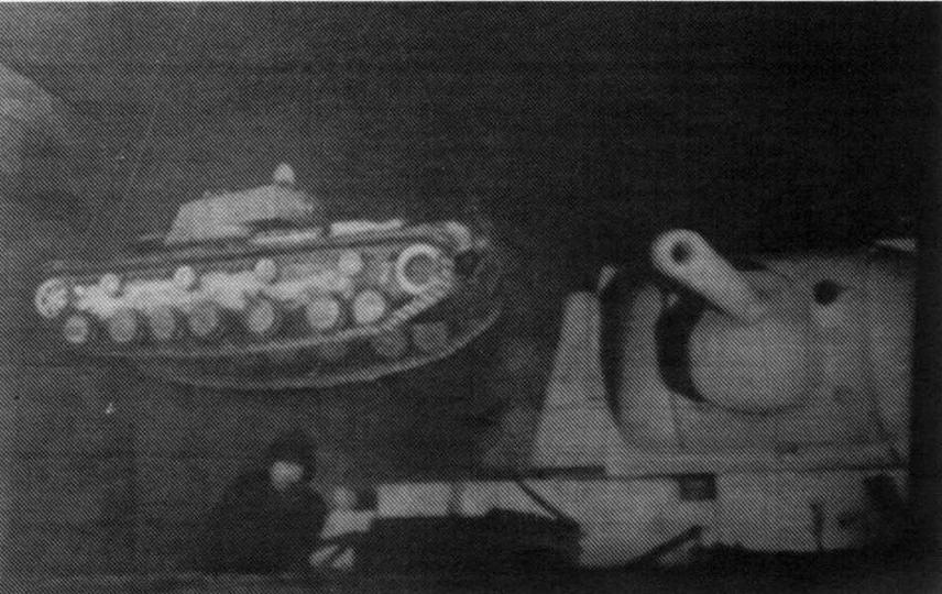 Кадр кинохроники — танк КВ-220 (слева) с башней от КВ-1 в цеху Кировского завода