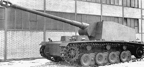 Самоходно-артиллерийская установка 12,8-cm Panzer-SelbstfahrlafetteV во дворе завода фирмы Rheinmetall.